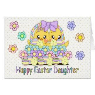 Polluelos lindos de Pascua de la hija en una cesta Tarjeta De Felicitación