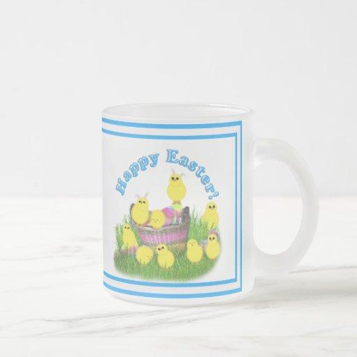 Polluelos 'n un texto de la cesta w/Blue Taza De Café