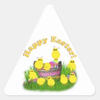 Polluelos 'n una cesta de Pascua (texto amarillo) Pegatina Triangular