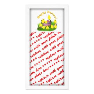 Polluelos 'n una cesta de Pascua (texto amarillo) Tarjeta Fotográfica Personalizada