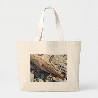 Polo de madera con un punto del hierro en la bolsa tela grande