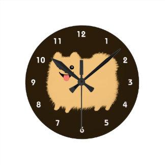Pomeranian feliz - perro mullido lindo reloj redondo mediano