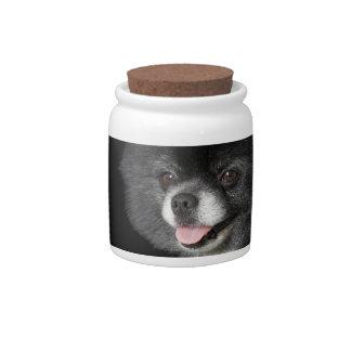 Pomeranian negro que mira a la izquierda platos para caramelos