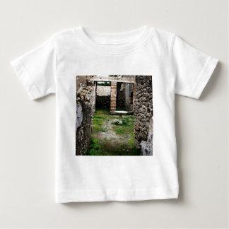 Pompeya - entrada a un patio antiguo poleras