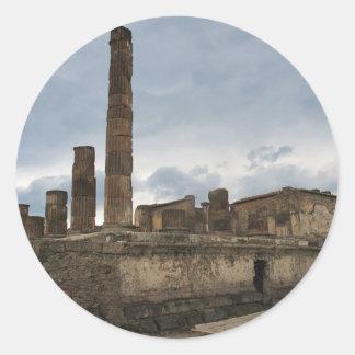 Pompeya - las columnas restantes del templo pegatina redonda