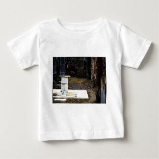 Pompeya - patio con las fuentes de mármol blancas playera para bebé