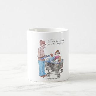 Pone el pollo en la cesta taza de café