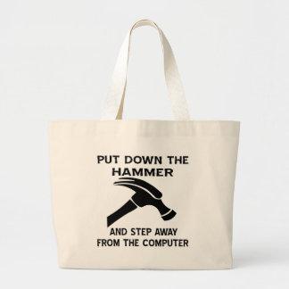 Ponga el martillo y el paso en el suelo lejos de l bolsas de mano