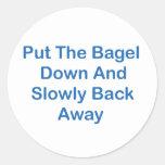 Ponga el panecillo abajo y lentamente detrás lejos etiqueta redonda