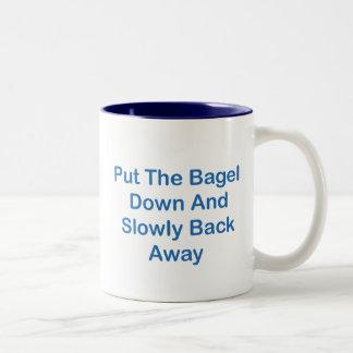 Ponga el panecillo abajo y lentamente detrás lejos taza