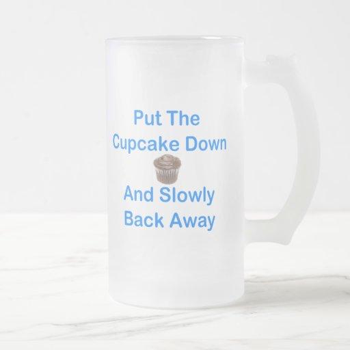 Ponga la magdalena abajo y lentamente detrás lejos tazas de café