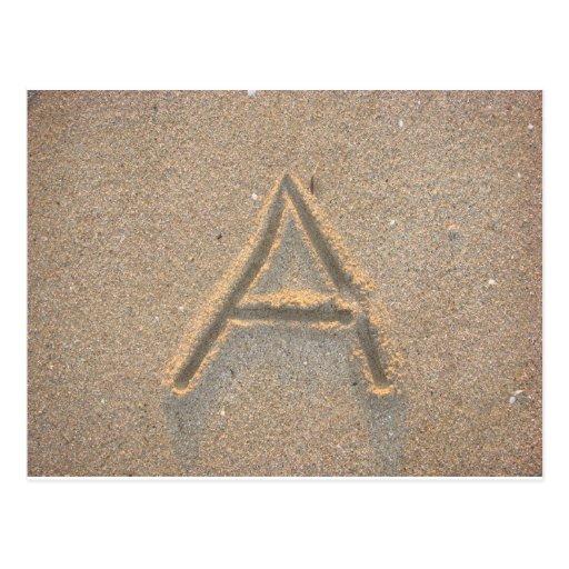 Ponga letras a escrito en arena de la playa tarjeta postal