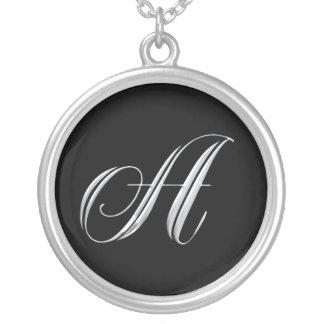 Ponga letras a un collar de plata inicial del mono