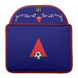 Ponga letras a un monograma en rojo del fútbol funda para macbook pro