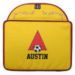 Ponga letras a un monograma en rojo del fútbol fundas para macbooks