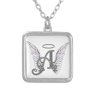 Ponga letras a un monograma inicial con las alas y colgante cuadrado