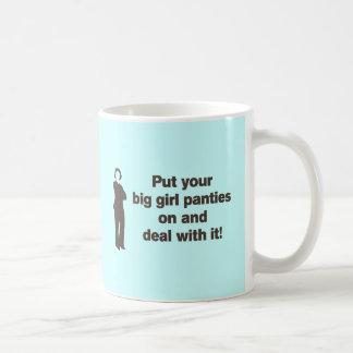 Ponga sus bragas grandes del chica y trate de él tazas de café