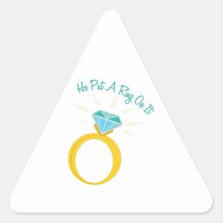 Ponga un anillo en él pegatina triangular