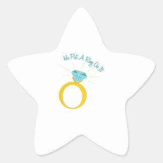 Ponga un anillo en él pegatina en forma de estrella