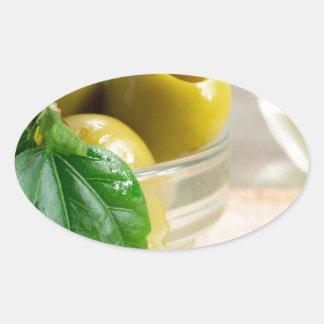 Ponga verde las aceitunas adobadas marcadas con pegatina ovalada