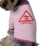 Poochie de cuidado es un peligro que dispara. camisetas de perro