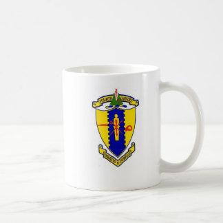 Por completo 4to escudo de la caballería con los taza de café