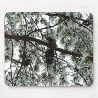 Por debajo el pino nevado Mousepad Tapetes De Ratón