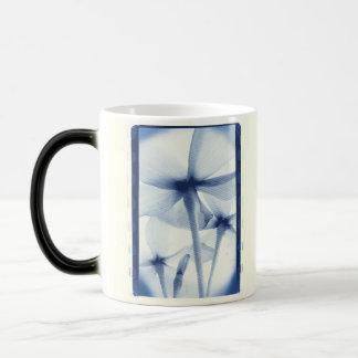 Por debajo las flores - vintage Cyanotype azul env Tazas De Café