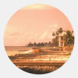 Por el océano (tono del melocotón) pegatina redonda