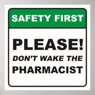 ¡Por favor, no despierte al farmacéutico! Póster