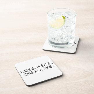 Por favor, señoras, uno a la vez posavasos de bebidas
