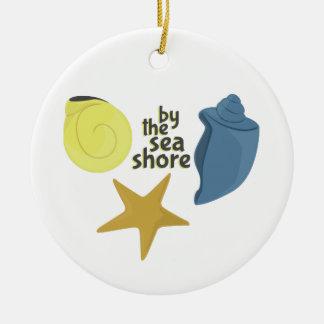 Por la orilla de mar adorno redondo de cerámica