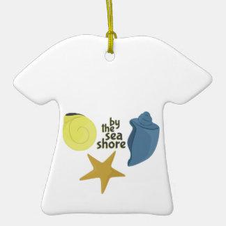Por la orilla de mar adorno de cerámica en forma de camiseta