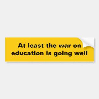 Por lo menos la guerra en la educación… etiqueta de parachoque