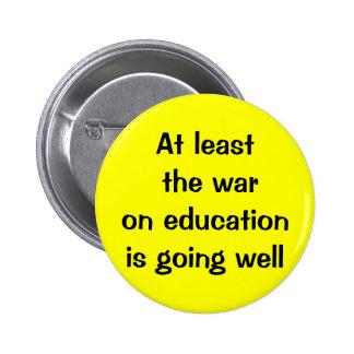 Por lo menos la guerra en la educación va bien pin redondo de 2 pulgadas