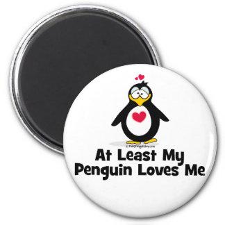 Por lo menos mi pingüino me ama imán redondo 5 cm