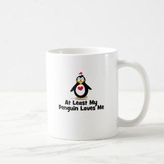 Por lo menos mi pingüino me ama taza