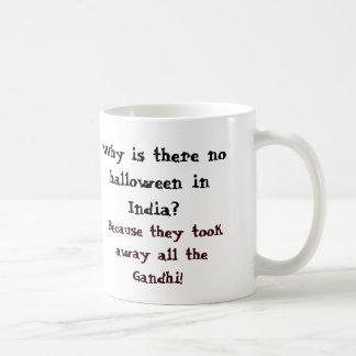 ¿Por qué hay ningún Halloween en la India? Taza Clásica