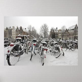Porciones de bicicletas en invierno en Amsterdam N Posters