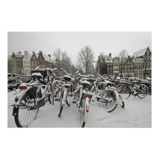 Porciones de bicicletas en invierno en Amsterdam N Póster