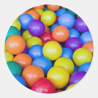 Porciones de bolas plásticas coloridas pegatina redonda