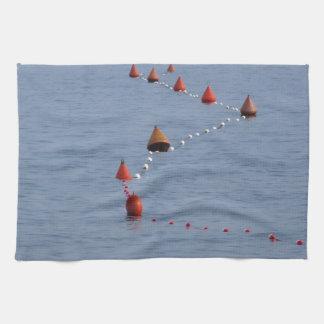Porciones de boyas de amarre que flotan en el agua toalla