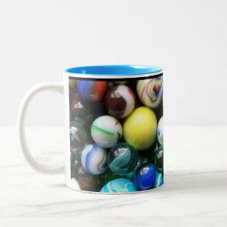 Porciones de mármoles coloridos taza de dos tonos