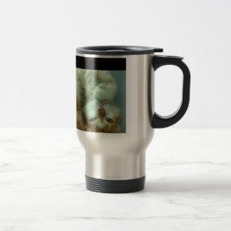 Porciones de productos con el gato blanco taza de viaje