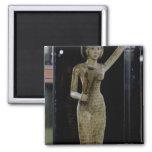 Portador femenino de las ofrendas que llevan un ag imán cuadrado