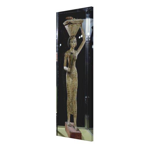 Portador femenino de las ofrendas que llevan un ag lona envuelta para galerías