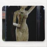 Portador femenino de las ofrendas que llevan un ag tapete de ratón