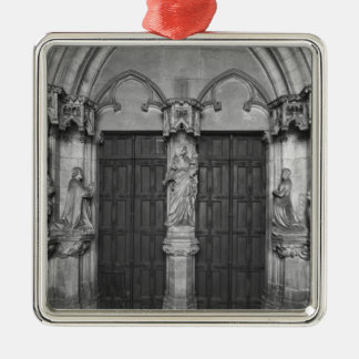 Portal with a trumeau depicting the Virgin Ornaments