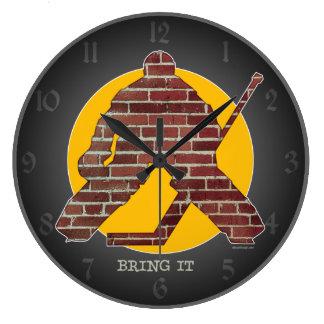 Portero de la pared de ladrillo reloj