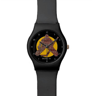 Portero de la pared de ladrillo relojes